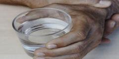 10 طرق علاج رعشة في اليدين والجسم عند الشباب وكبار السن