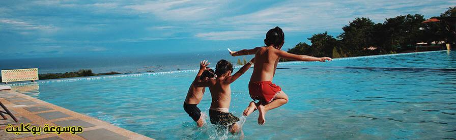 كيف نتخلص من خوف الطفل من حمام السباحة